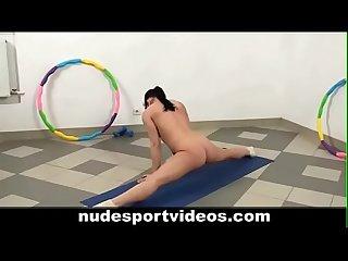 Mujer hace gimnasia desnuda