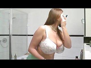 Hermosa tetona baandose y masturbandose