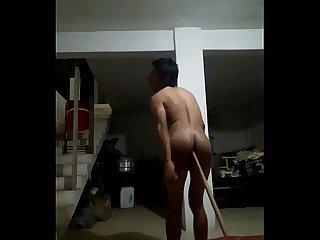 Chacal pasivo metindose un palo de escoba por el culo