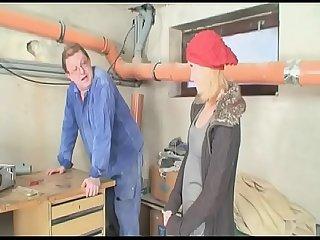 In der Werkstatt dem Hausmeister geil und heftig einen geblasen